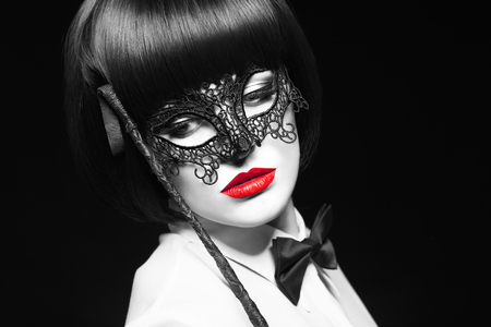 Sexy femme avec des lèvres rouges et fouet coloration sélective, fond noir Banque d'images