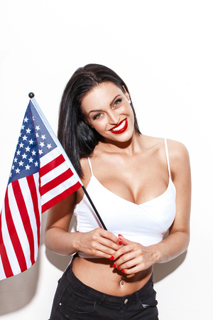 tetas: Mujer atractiva con grandes tetas y la bandera de EE.UU. presenta en la pared, D�a de la Independencia Foto de archivo