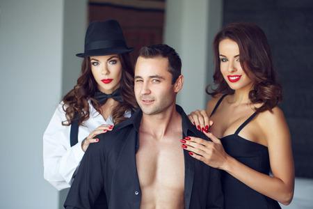 セクシー マッチョな男の妻と高級フラット、重婚で恋人とまばたき 写真素材 - 58340344