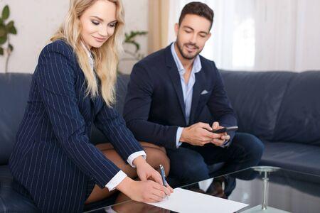 Femme d'affaires et homme d'affaires calculer le bureau en verre