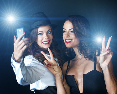 Les jeunes célébrités VIP sexy prenant selfie sur le tapis rouge Banque d'images