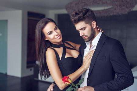 mujer con rosas: Macho joven dar al hombre levantó a la mujer mayor, fecha secreta