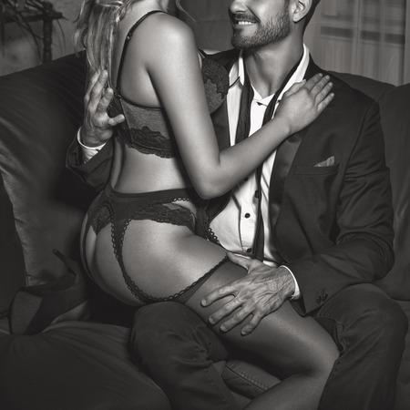 Sexy Frau Liebhaber in Unterwäsche sitzen auf reiche Mann im Nachtclub, Vorspiels, schwarz und weiß Standard-Bild - 63910121