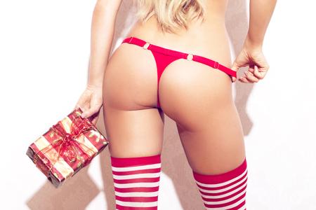 ギフト ボックス背面の赤パンティーのお尻を持つセクシーな女性 写真素材