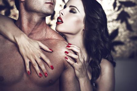 nackter junge: Sinnlich lüsternen Frau mit den roten Lippen umarmen sexy Mann Körper in der Nacht, Liebhaber
