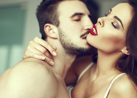 71497170-sexy-pareja-juegos-previos-apasionado-en-casa-labios-rojos-los-ojos-cerrados-plantilla-de-la-cubiert.jpg?ver=6