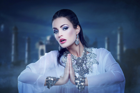 bailarinas arabes: Baile hermoso de la princesa del vientre en noche oriente Foto de archivo