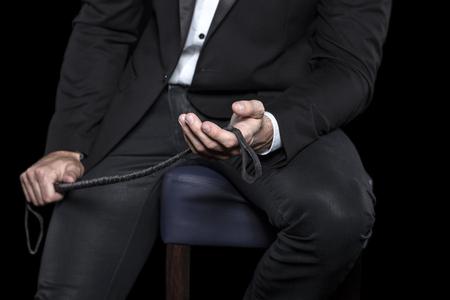 Riche, homme, assis, tabouret, tenue, fouet, bdsm Banque d'images - 79641437
