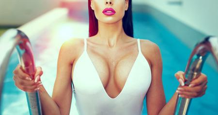 일몰, 수영장에서 큰 titis와 섹시한 젖은 여자는 채색 된 색상 스톡 콘텐츠 - 82010365