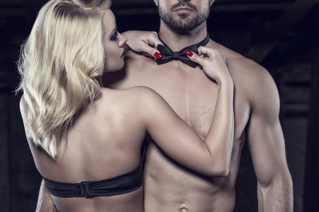 83001723-sensual-mujer-rubia-enderezar-la-pajarita-en-desnudo-sexy-hombre-strippers-en-la-despedida-de-solter.jpg?ver=6