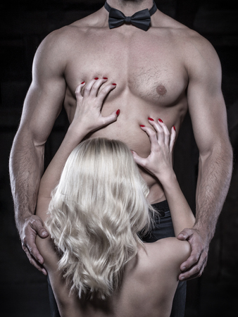 87754882-mujer-rubia-agarrar-a-hombre-sexy-en-lazo-arco-pecho-y-abs.jpg?ver=6