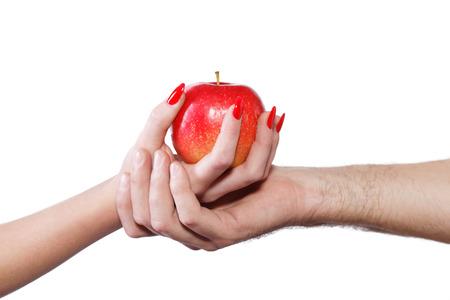 Jonge paarhanden die appel, zonde houden, die op wit wordt geïsoleerd