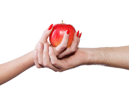 Manos de la joven pareja con manzana, pecado, aislado en blanco