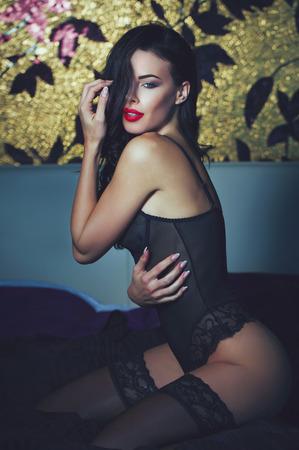 밤, 욕망에 침대에 포즈 속옷에 섹시 갈색 머리 여자 스톡 콘텐츠