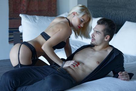 93696474-mujer-sexy-en-ropa-interior-jugando-con-los-amantes-de-los-machos-en-la-cama-en-el-interior.jpg?ver=6