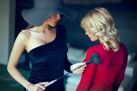 Mujer dominante seduciendo a amante rubia