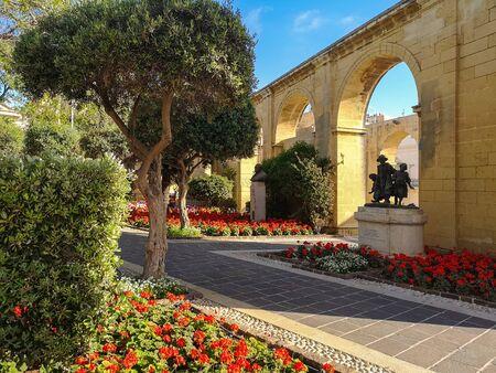 Arcs of Barrakka garden with flower at Valletta, Malta Standard-Bild