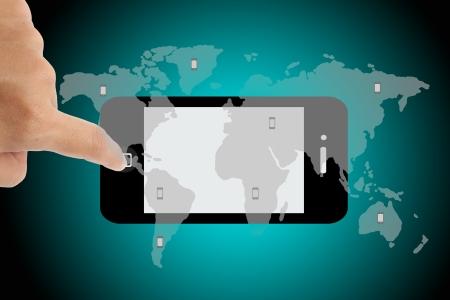 telecomm: toque smartphone con papel pintado mapa del mundo en fondo verde. Foto de archivo