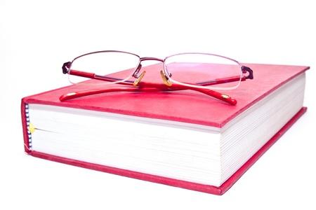 Bril en boeken op witte achtergrond.