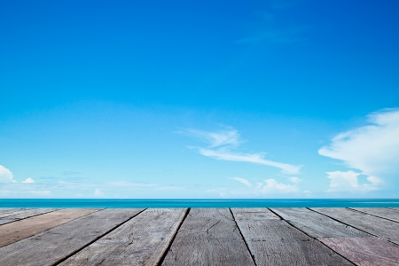 dia soleado: del mar y de la pasarela de madera en el verano