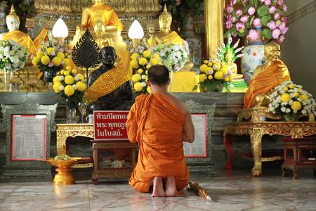 rituales: monjes y los rituales religiosos en el templo tailand?s