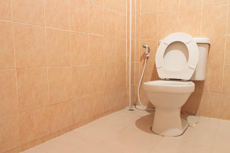 Witte wc-pot in een badkamer