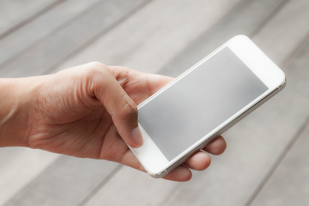 モバイルのスマート フォンを使用して女性のクローズ アップ
