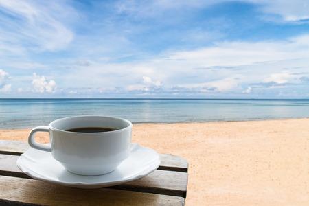 coffee cup on the beach background Standard-Bild