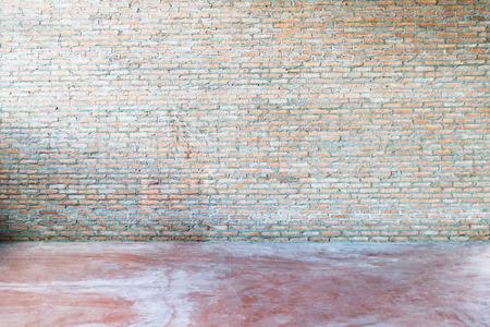 habitacion desordenada: antiguo interior grunge con muro de ladrillo rojo