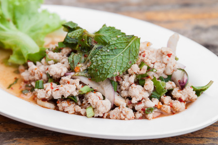 gourmet food: Ensalada picante de carne picada, comida tailandesa Foto de archivo