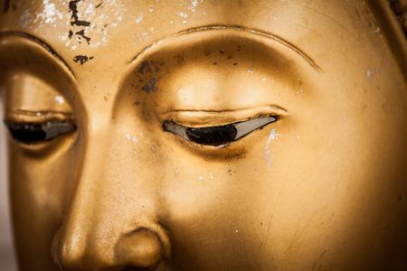 黄金の仏像の目のクローズ アップ