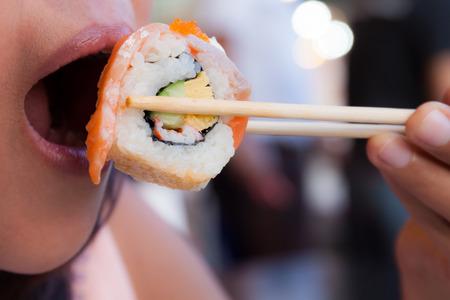 woman eating sushi Standard-Bild