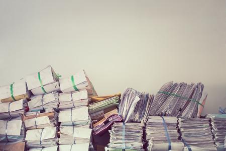 빈티지 스타일의 문서 랙에 사업 보고서 종이 파일의 스택,