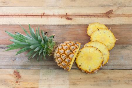 木のテーブルにパイナップル スライス
