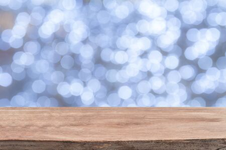 houten tafel in de voorkant van de witte heldere bokeh lichten