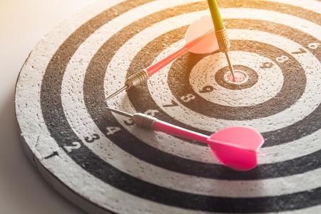 fléchette flèche frapper dans le centre de la cible de jeu de fléchettes, résumé du succès