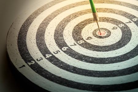 success: la flecha del dardo golpear en el centro de la diana de dardos, abstracta del éxito