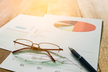 cuadro sinoptico: Close up pen with summary report and eyeglasses on table office. Concept of Data Analysis, Investment Planning, Business Analytics.