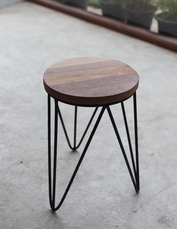 silla de madera: La silla de tres patas. Silla de madera. silla de acero.