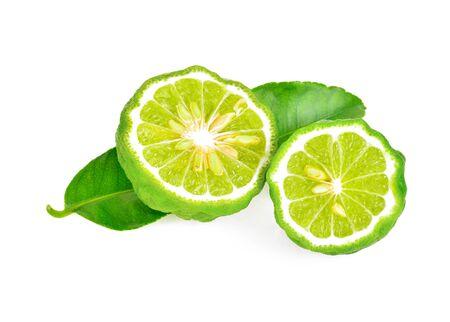 Une moitié de fruit de bergamote avec la feuille verte d'isolement sur le fond blanc