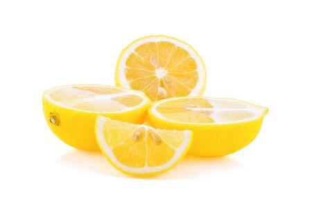 Tranche de citron frais isolé sur fond blanc Banque d'images