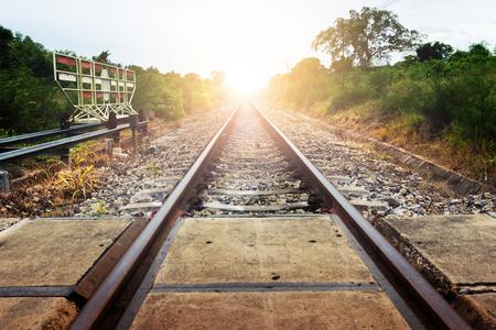ビンテージ スタイルの鉄道。 夕暮れ時鉄道とタイの田舎の公共道路の検問。