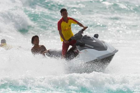 スクーターにプーケット, タイ - 7 月 30 日、2017:Lifeguards 観光救出のため大きな波に対して予定です。 低い季節、アンダマン海とビーチでの大きな波