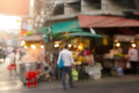 タイの有名な観光地の一つヤワラート中華街。 屋台のナイト マーケットは夕暮れ時を開始、背景のぼかし。 写真素材