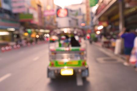 タイの有名な観光地の一つヤワラート中華街。 夕暮れ時、黄金の道のトゥクトゥクは、背景のぼかし。