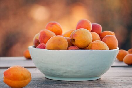 Apricots in a bowl and on a table 版權商用圖片