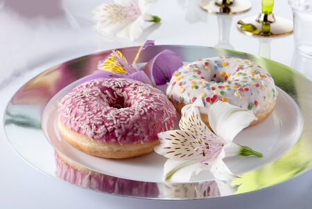 donuts in a plate on the table 版權商用圖片
