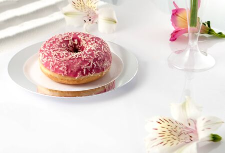 Donut round on a plate. Food and drink concept. Dessert 版權商用圖片