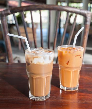 latte fresco: Thai latte Ice Tea and Coffee ghiaccio sulla tabella di legno