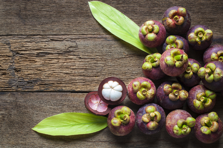 Frutta mangostano sul tavolo in legno con vista dall'alto